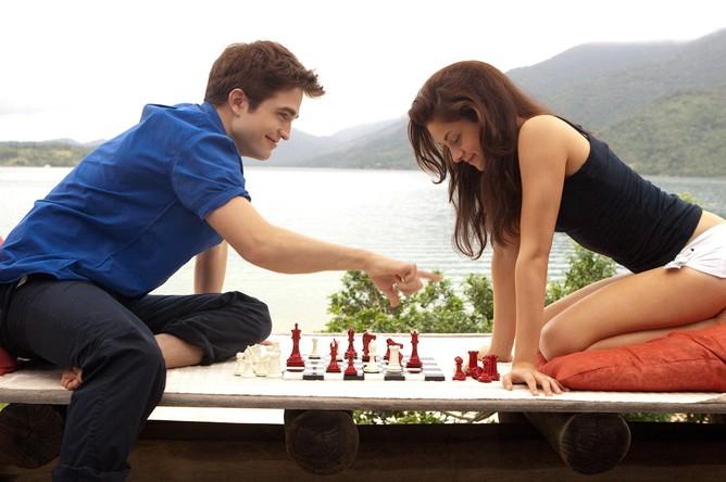 Звезды «Сумерек» Роберт Паттинсон и Кристен Стюарт играют в шахматы