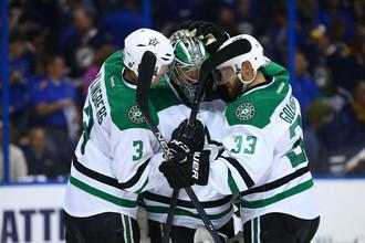 Хоккеисты «Далласа» поздравляют после финальной сирены главного героя игры голкипера Кари Лехтонена (в центре)