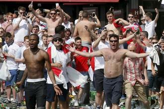 Английские фанаты на трибуне марсельского «Велодрома» во время матча с Россией