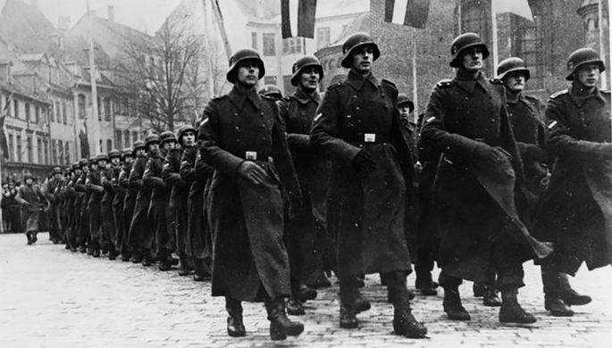 Парад латышских легионеров в честь дня основания Латвийской республики. Рига, Домская площадь, 18 ноября 1943 года