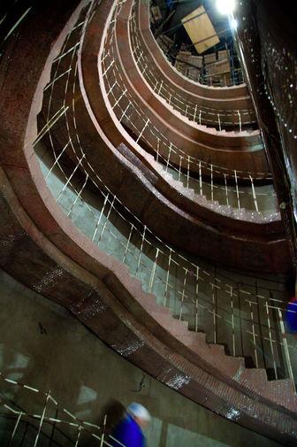 По оценкам экспертов, изношенность Большого театра к началу XXI века составляла от 50% до 70%. В предложенном проекте реконструкции предлагалось провести реставрацию зрительской части и серьезно реконструировать сценическую часть, углубить подземное пространство театра и при этом сохранить его исторический облик. На фото: реставрационные работы в 2010 году