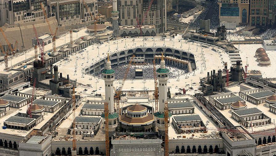 Вид на мечеть Аль-Харам, во дворе которой находится исламская святыня Кааба
