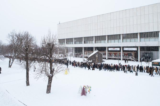 Очередь на выставку картин Валентина Серова в Третьяковскую галерею в Москве, январь 2016