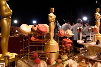 Шоколадные статуэтки, покрытые 24-каратным золотом на Губернаторском бале 89-й церемонии вручения премии Академии