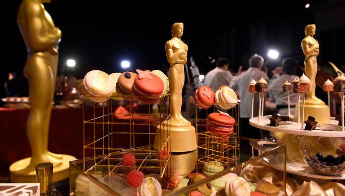 Шоколадные статуэтки, покрытые 24-каратным золотом на Губернаторском бале 89-й церемонии вручения...