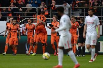 Футболисты «Урала» отмечают гол в ворота «Спартака»