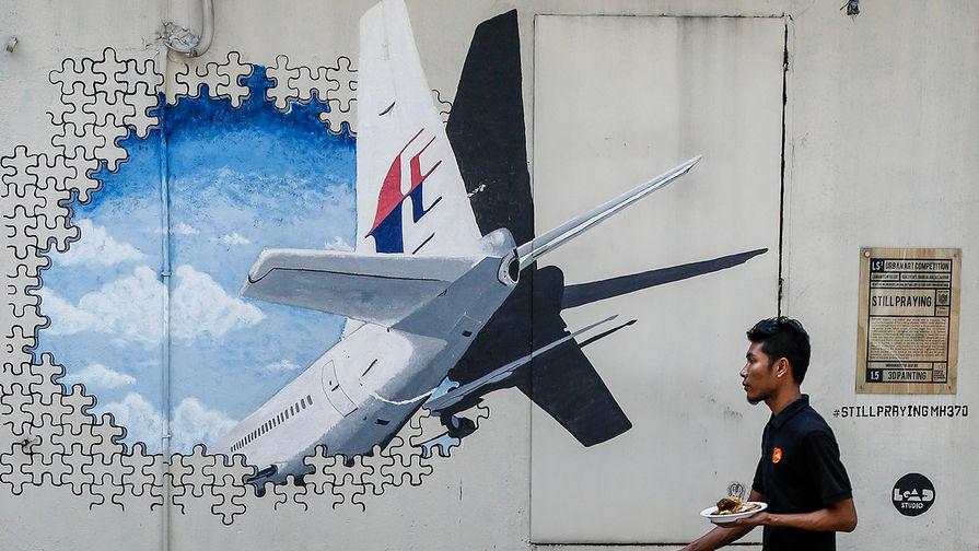 Граффити в память о пропавшем Boeing MH370 авиакомпании Malaysia Airlines в городе Шах-Алам около...