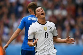 Футболист Месут Озил в составе сборной Германии