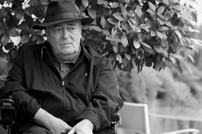 <b>Бернардо Бертолуччи (16 марта 1941 – 26 ноября 2018).</b>Итальянский кинорежиссер, драматург и поэт. Обладатель премии «Оскар» за постановку и написание сценария к эпическому байопику «Последний император» (1987)