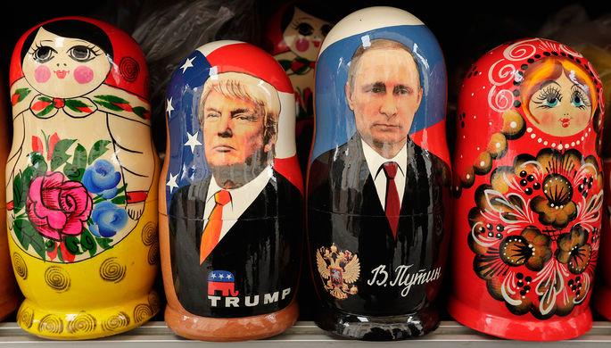 Матрешки с президентами США и России Дональдом Трампом и Владимиром Путиным в сувенирном магазине в...