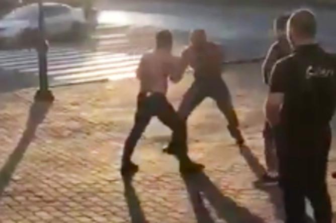 Уличная драка, в которой погиб Андрей Драчев (кадр из видео), 20 августа 2017 года