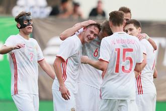 Игроки сборной России поздравляют Антона Миранчука с забитым мячом
