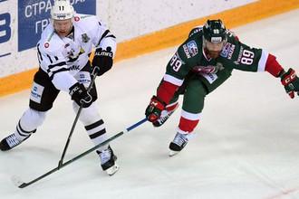 Хоккеист «Ак Барса» Артем Лукоянов (справа) и игрок «Трактора» Рикард Йюнге