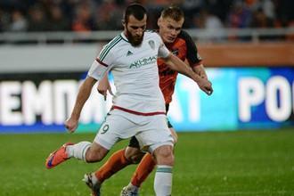 Заур Садаев (с мячом) в матче РПЛ против «Урала»