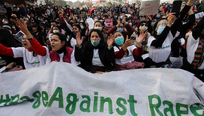«Комичные инициативы»: почему женщин Непала не выпускают за границу
