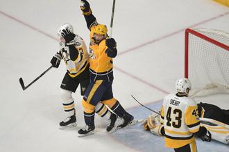 Хоккеист «Нэшвилла» радуется забитой шайбе в ворота «Питтсбурга» в четвертом матче финала полей-офф НХЛ