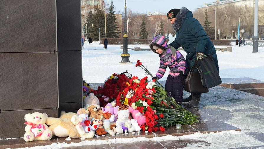 Горожане несут цветы, в память о погибших в авиакатастрофе самолета Ан-148 «Саратовских авиалиний», к памятнику Ленину в Орске, 12 февраля 2018 года