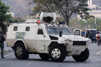 Бронеавтомобиль около авиабазы в Каракасе, 30 апреля 2019 года