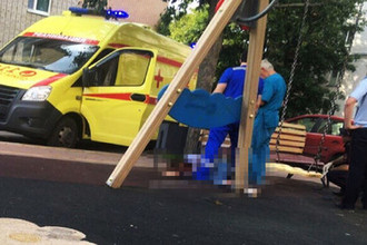 На глазах у ребенка: девушку зарезали на детской площадке