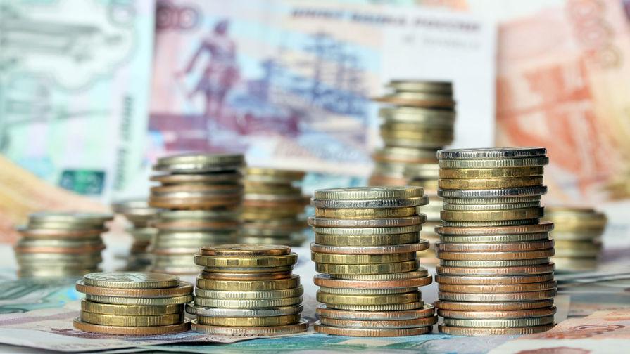 Рубль умеренно снижается к доллару в начале торгов