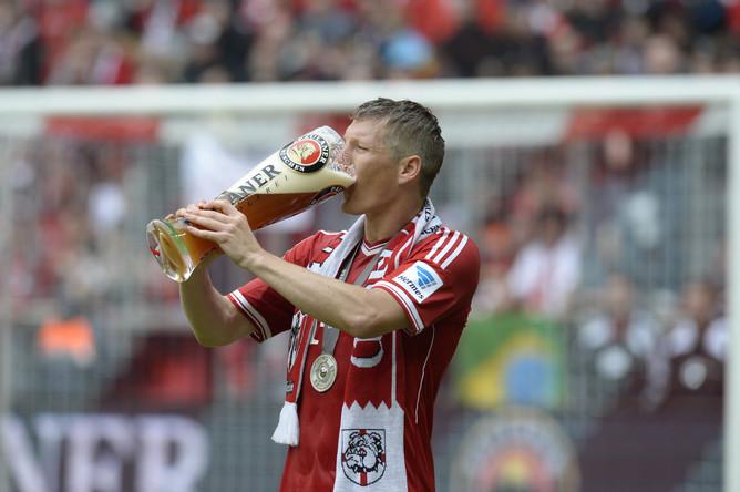 Бастиан Швайнштайгер поглощает чемпионское пиво