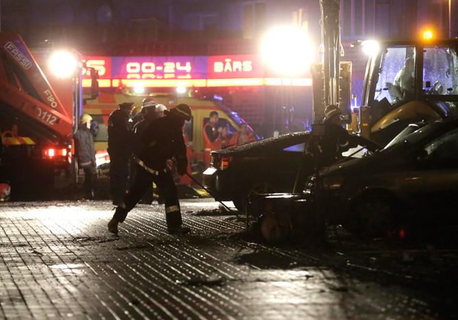 Спасатели и медики работают наместе обрушения крыши супермаркета вРиге