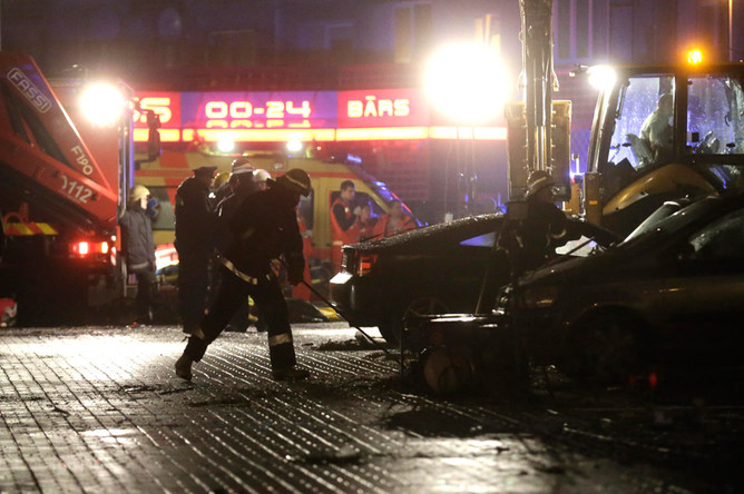 Спасатели и медики работают на месте обрушения крыши супермаркета в Риге