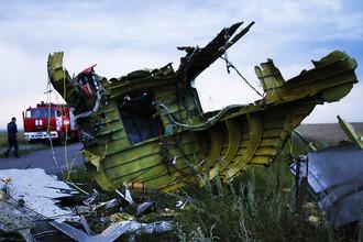 На месте падения пассажирского самолета «Малайзийских авиалиний» Boeing 777