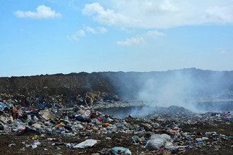 Одна из незаконных свалок в окрестностях Тамани, мусор на ней постоянно поджигают