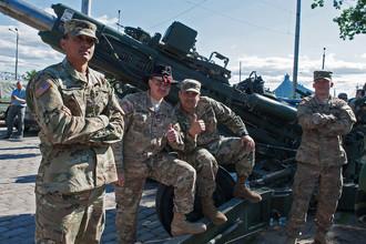 Военнослужащие армии США во время остановки колонны техники армии США в Риге в ходе марша Dragoon Ride II в рамках международных военных учений Saber Strike 2016