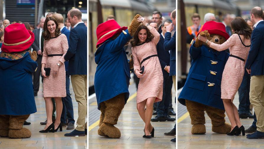 Картинки по запросу Беременная Кейт Миддлтон станцевала на вокзале с медвежонком Паддингтоном