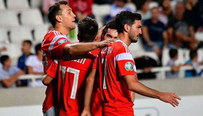 Игроки сборной России радуются забитому голу в отборочном матче чемпионата Европы по футболу 2020 между сборными Кипра и России. Слева: Артем Дзюба, справа: Магомед Оздоев