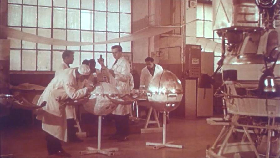Сборка автоматической лунной станции на Машиностроительном заводе имени С.А. Лавочкина.