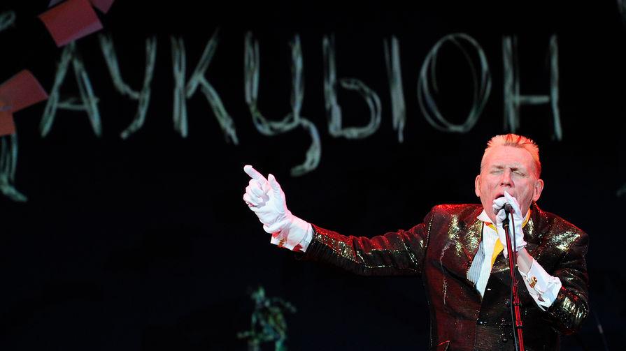 Фронтмен группы «АукцЫон» Олег Гаркуша на концерте в честь своего 50-летия в ДК им. Ленсовета в Санкт-Петербурге, 2011 год