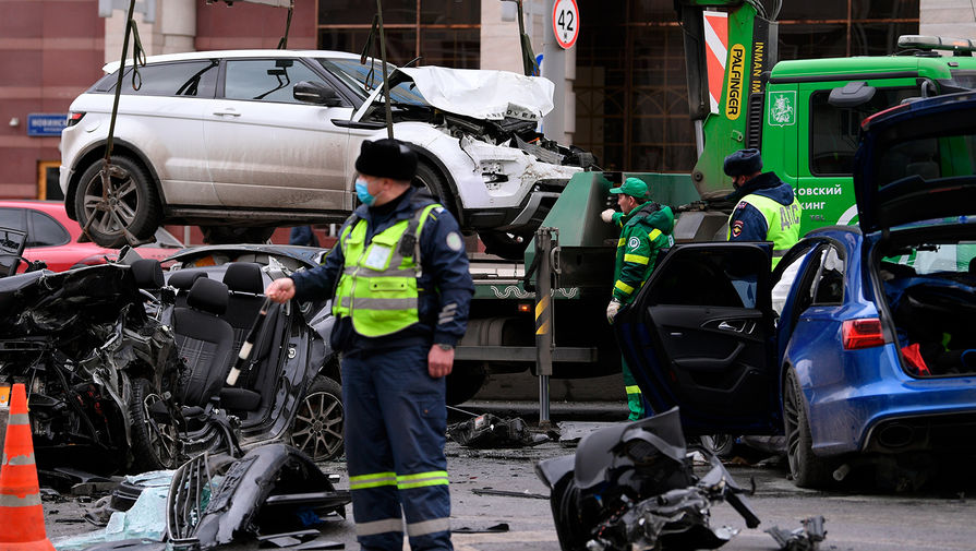 Сотрудники службы эвакуации на месте аварии на Новинском бульваре в центре Москвы, 1 апреля 2021 года