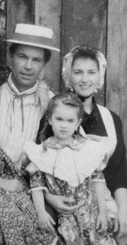 Отец Фокс работал надзирателем за условно освобожденными преступниками и сохранял строгость в семье. Из-за жесткого воспитания актриса испытывала панические атаки и неконтролируемую агрессию. На фото: Меган Фокс с родителями, 1980-е