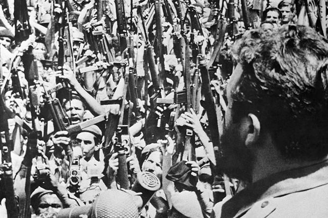 Фидель Кастро выступает перед ополченцами в момент решающего наступления на Плайя-Хирон, 1961 год