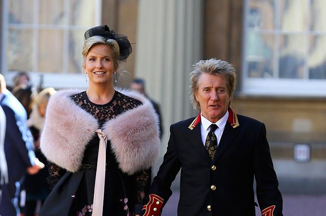 Род Стюарт с супругой после церемонии в Букингемском дворце