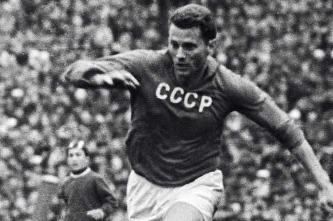 Центральный нападающий сборной команды СССР по футболу Виктор Понедельник, 1963 год