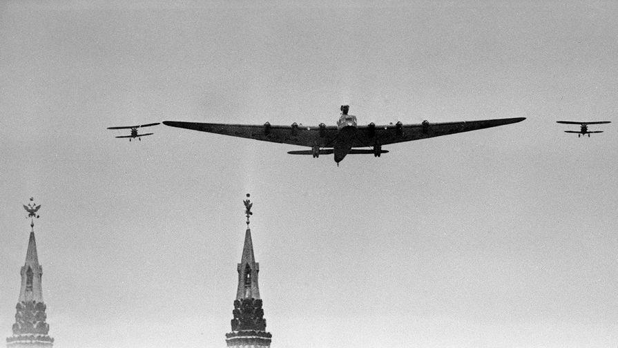 Самолет АНТ-20 «Максим Горький» в сопровождении двух И-5 над Красной площадью в Москве...