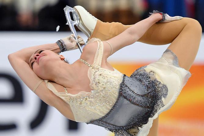 Алина Загитова (Россия) выступает в короткой программе женского одиночного катания на чемпионате Европы по фигурному катанию в Минске, 23 января 2019 года