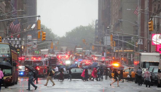 «Здание затряслось»: в Нью-Йорке вертолет врезался в небоскреб