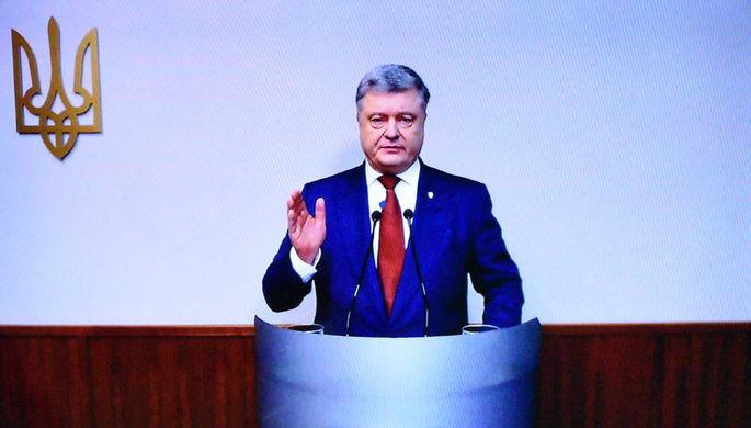 Президент Украины Петр Порошенко выступает во время высутпления в качестве свидетеля в Оболонском районном суде Киева по делу экс-президента Украины Виктора Януковича, февраль 2018 года
