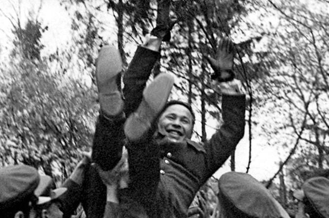 Бойцы качают командарма А.П. Белобородова после награждения его 2 Золотой звездойГероя Советского Союза. Германия, г. Кенигсберг, апрель 1945 г.
