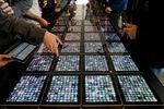 27января 2010года Стив Джобс представил iPad, который позиционировался как недостающее звено междусмартфоном и компьютером. Несмотря наочевидный успех iPad и всей категории планшетов, мало кто остался доволен после презентации Apple — слушатели мало что поняли и не прочувствовали преимуществ подобных планшетов. Сооснователь Microsoft Билл Гейтс всвою очередь заявил, что будущее — занетбуками смеханической клавиатурой и стилусом, вто время как iPad — «хорошая читалка и не более». Первый iPad поступил впродажу 3апреля 2010года, а к2011году было продано 15миллионов устройств — понекоторым данным, это был самый успешный запуск потребительского продукта вистории.