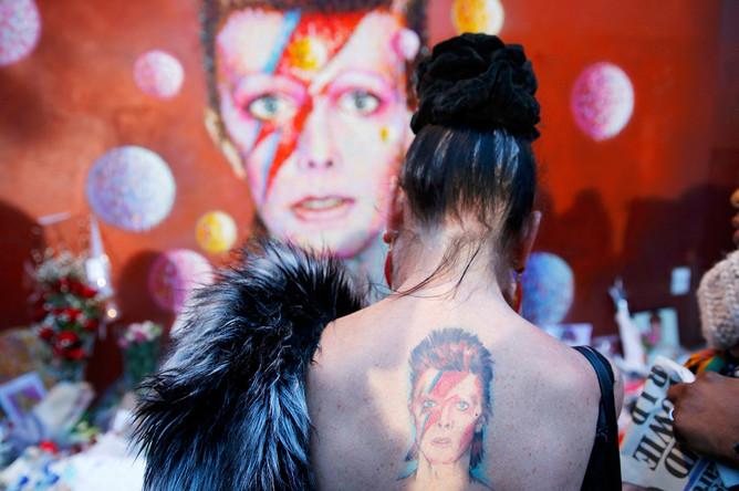 Поклонница Дэвида Боуи в Брикстоне (Лондон)