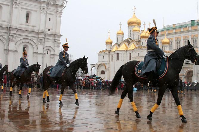 Гвардейцы почетного кавалерийского эскорта во время церемонии развода пеших и конных караулов на Соборной площади Кремля