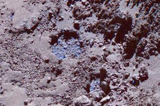 Третьего июля выброс также был обнаружен внутри заполненного льдом углубления (внизу на фото)