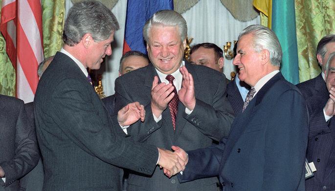 Президент США Билл Клинтон, президент России Борис Ельцин и президент Украины Леонид Кравчук (слева направо) во время встречи, 1994 год