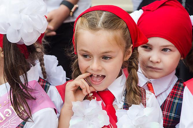 Первоклассники на торжественной линейке, посвященной Дню знаний, в лицее №1 в Грозном